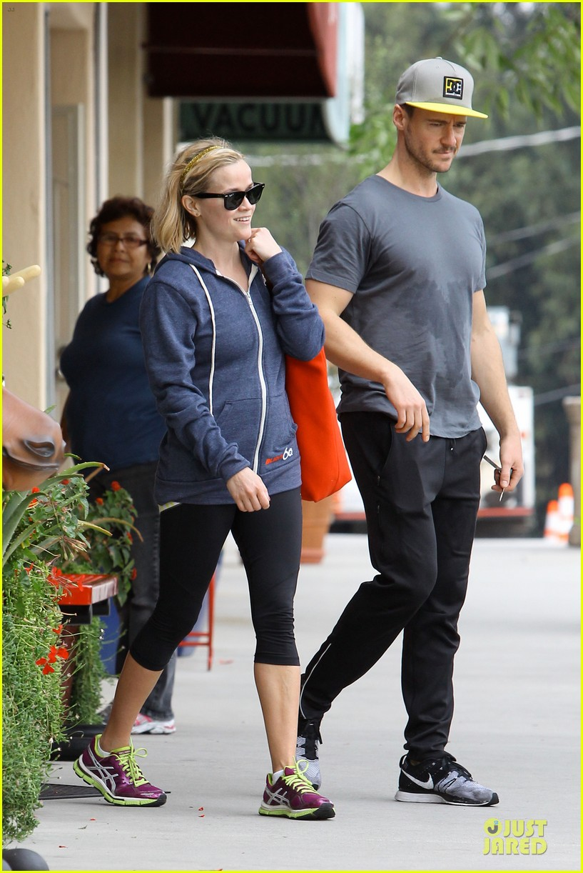 reese witherspoon club monaco shopping after workout 113004461