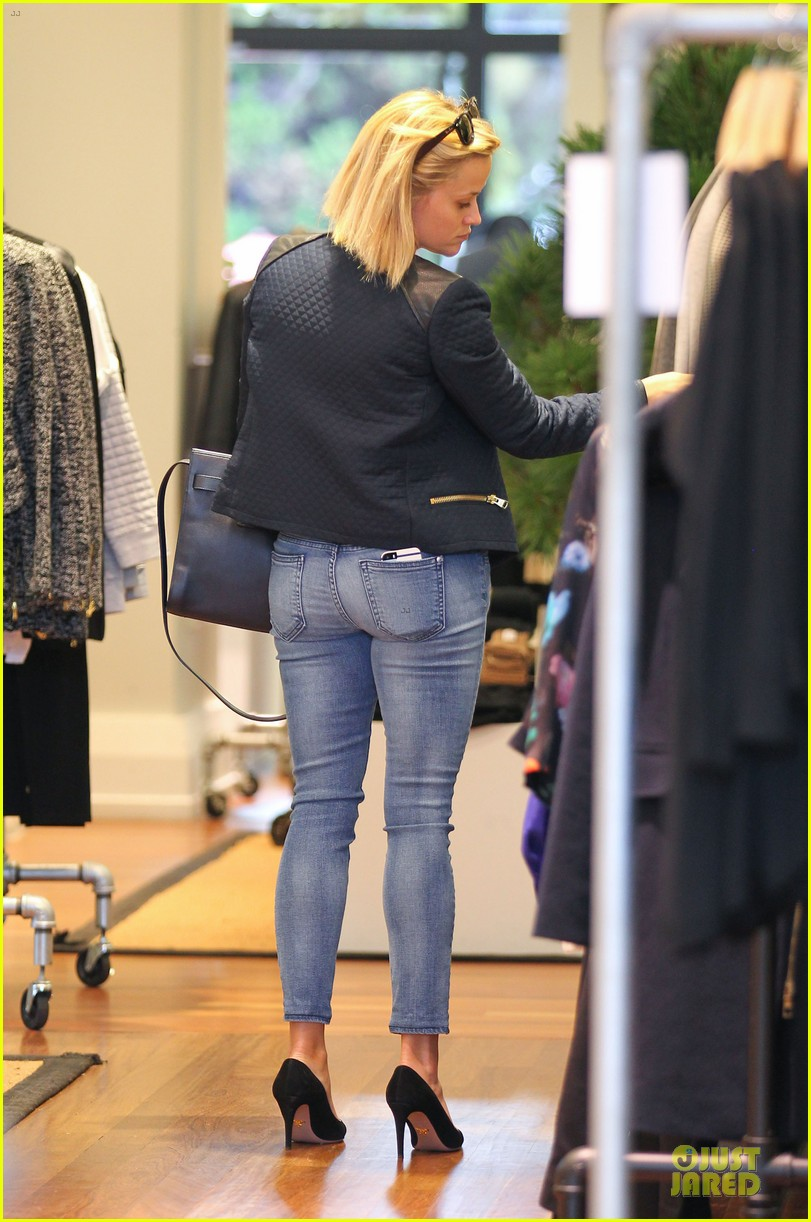reese witherspoon club monaco shopping after workout 213004471