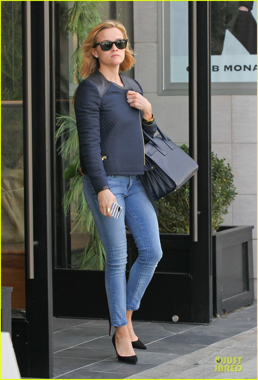 reese witherspoon club monaco shopping after workout 233004473