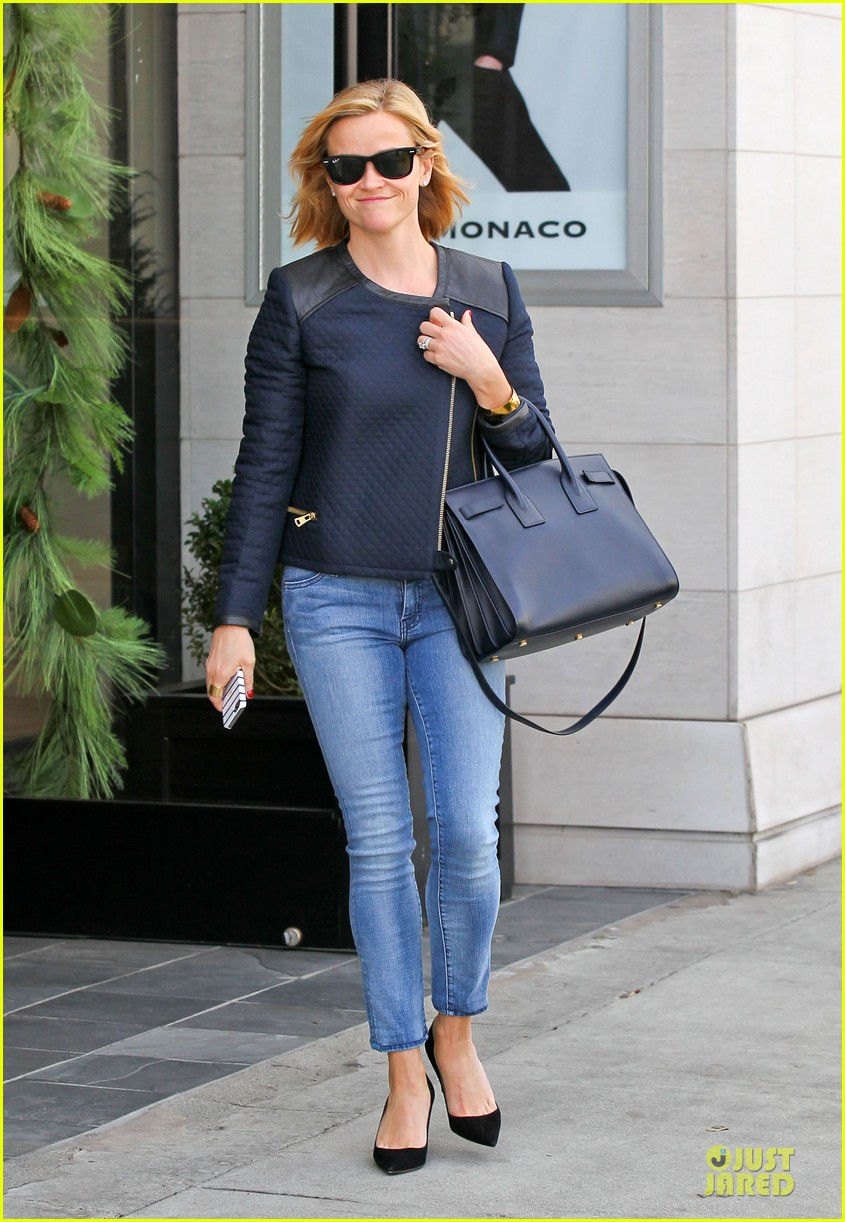 reese witherspoon club monaco shopping after workout 24