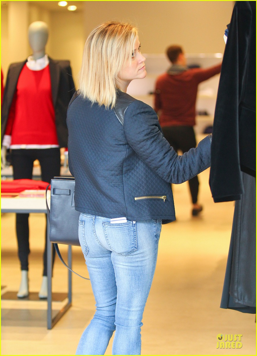 reese witherspoon club monaco shopping after workout 26