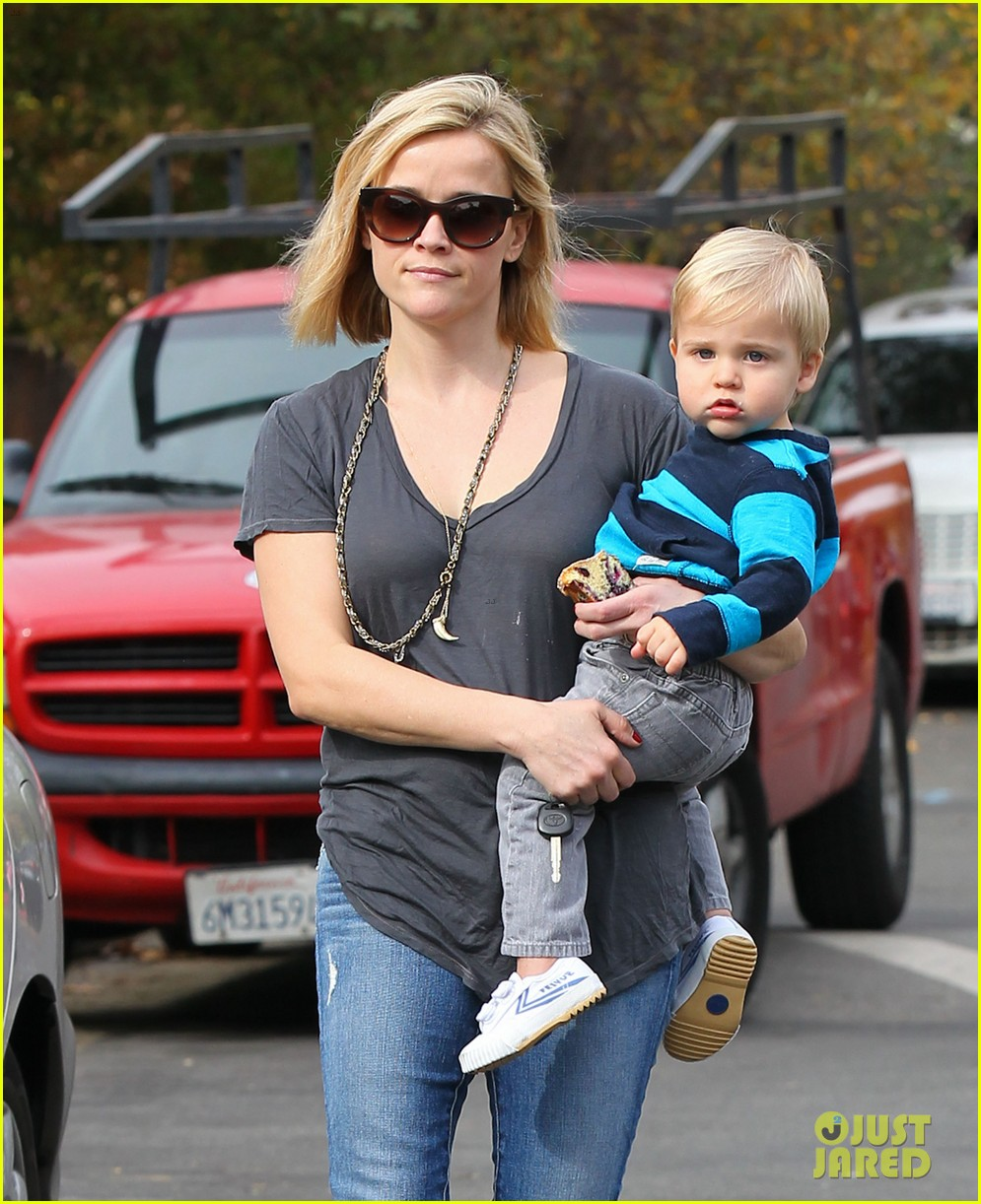 reese witherspoon rocks her skinny jeans while out with tennessee 02