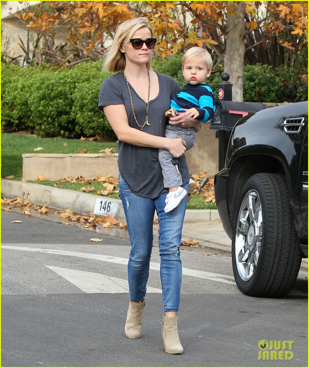 reese witherspoon rocks her skinny jeans while out with tennessee 033014512