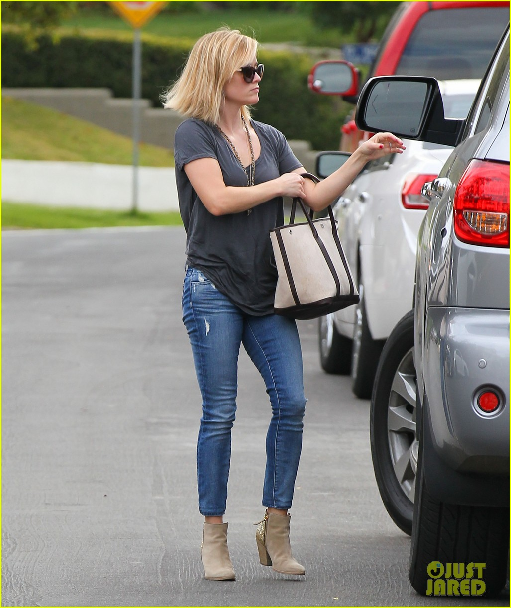 reese witherspoon rocks her skinny jeans while out with tennessee 113014520