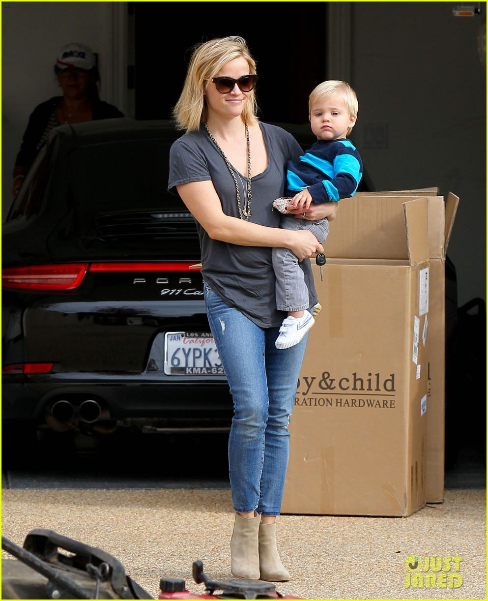 reese witherspoon rocks her skinny jeans while out with tennessee 13