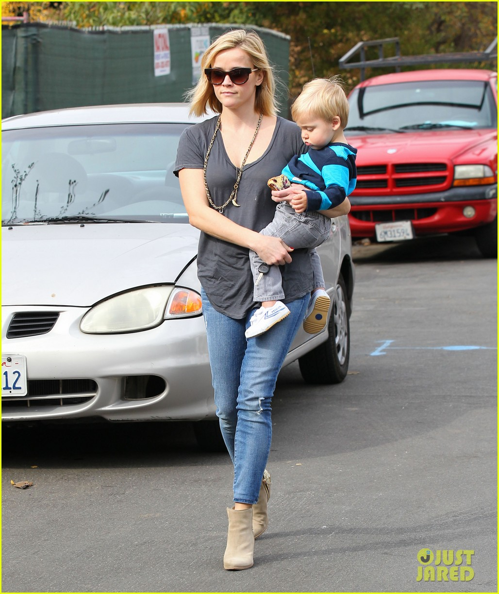 reese witherspoon rocks her skinny jeans while out with tennessee 153014524