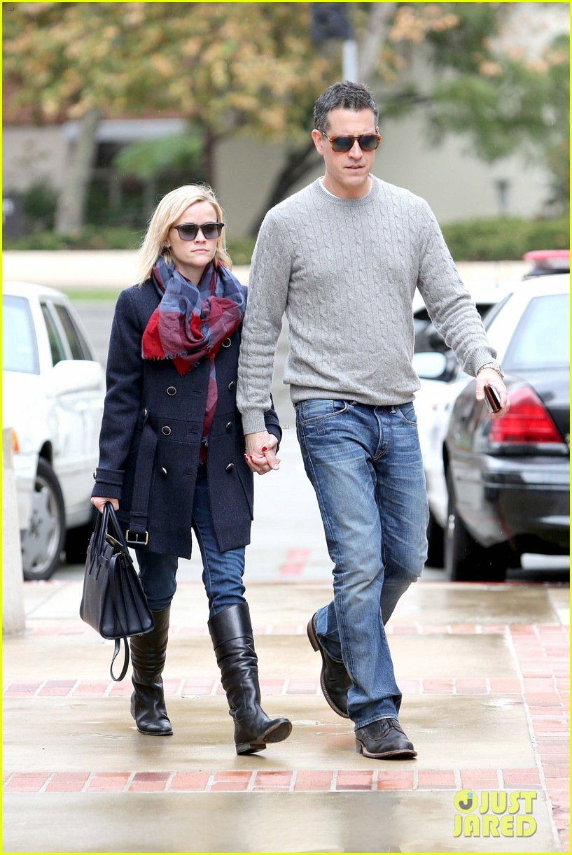 reese witherspoon jim toth hold hands at ucla medical plaza 113015092