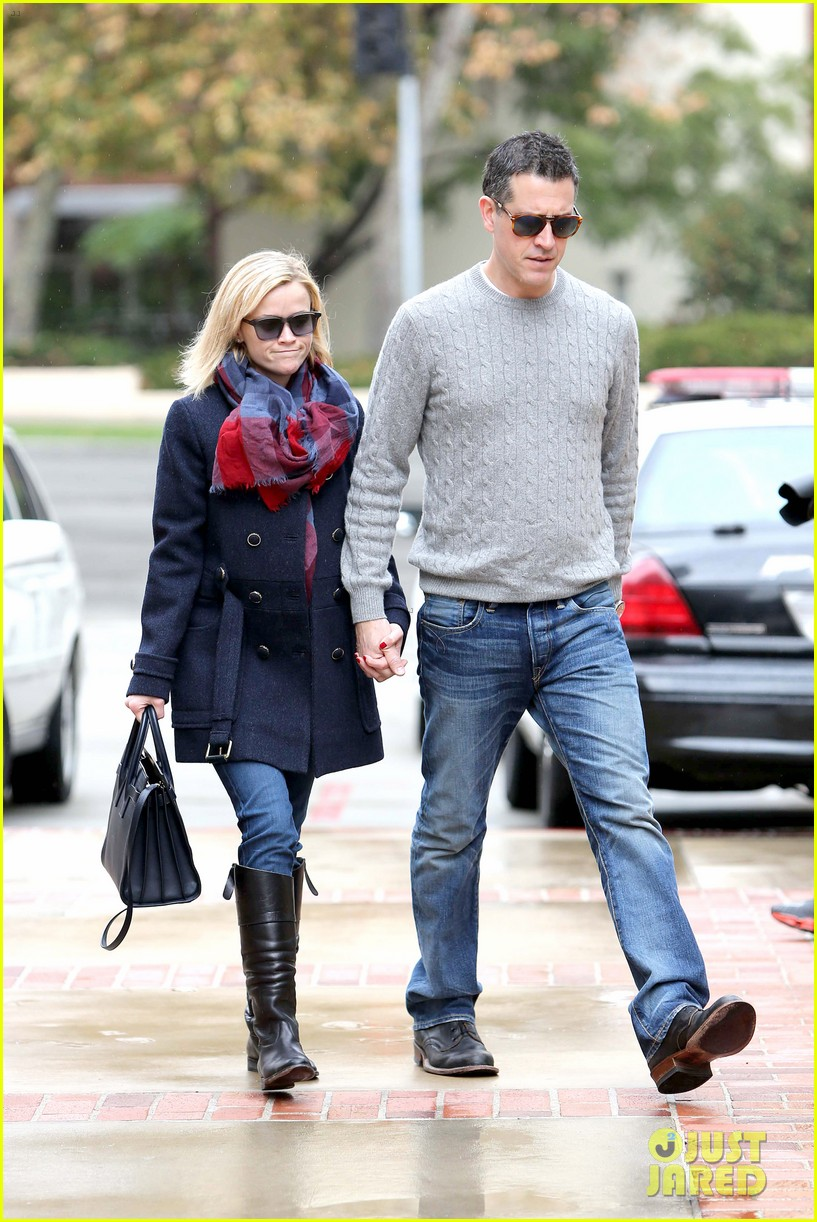 reese witherspoon jim toth hold hands at ucla medical plaza 123015093