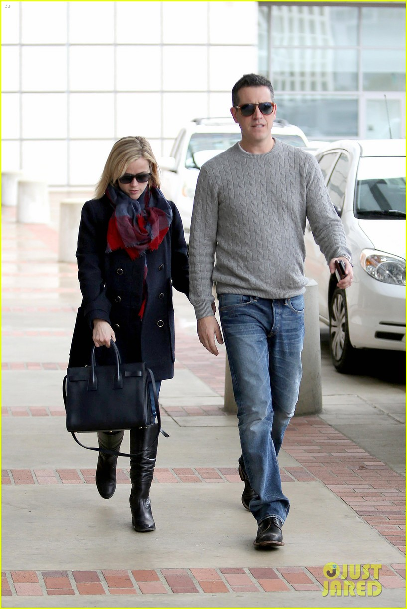 reese witherspoon jim toth hold hands at ucla medical plaza 15