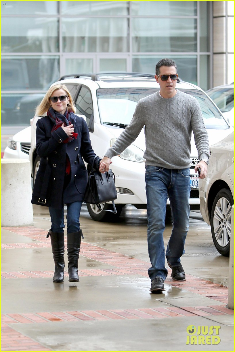 reese witherspoon jim toth hold hands at ucla medical plaza 173015098