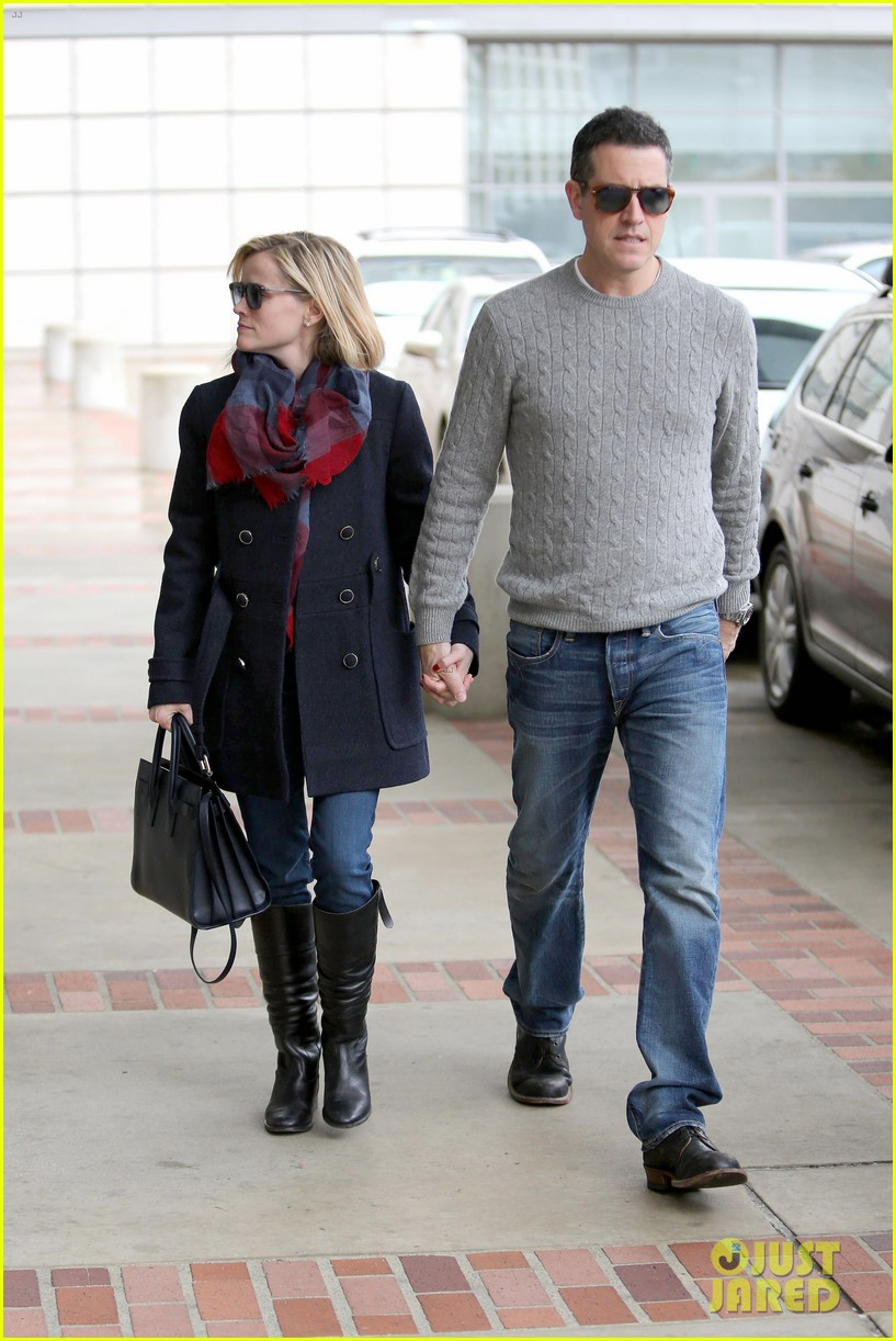 reese witherspoon jim toth hold hands at ucla medical plaza 203015101