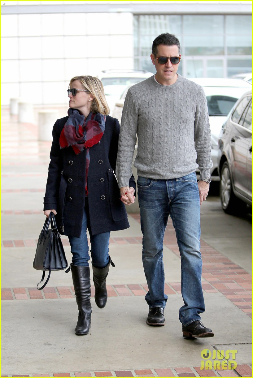 reese witherspoon jim toth hold hands at ucla medical plaza 21