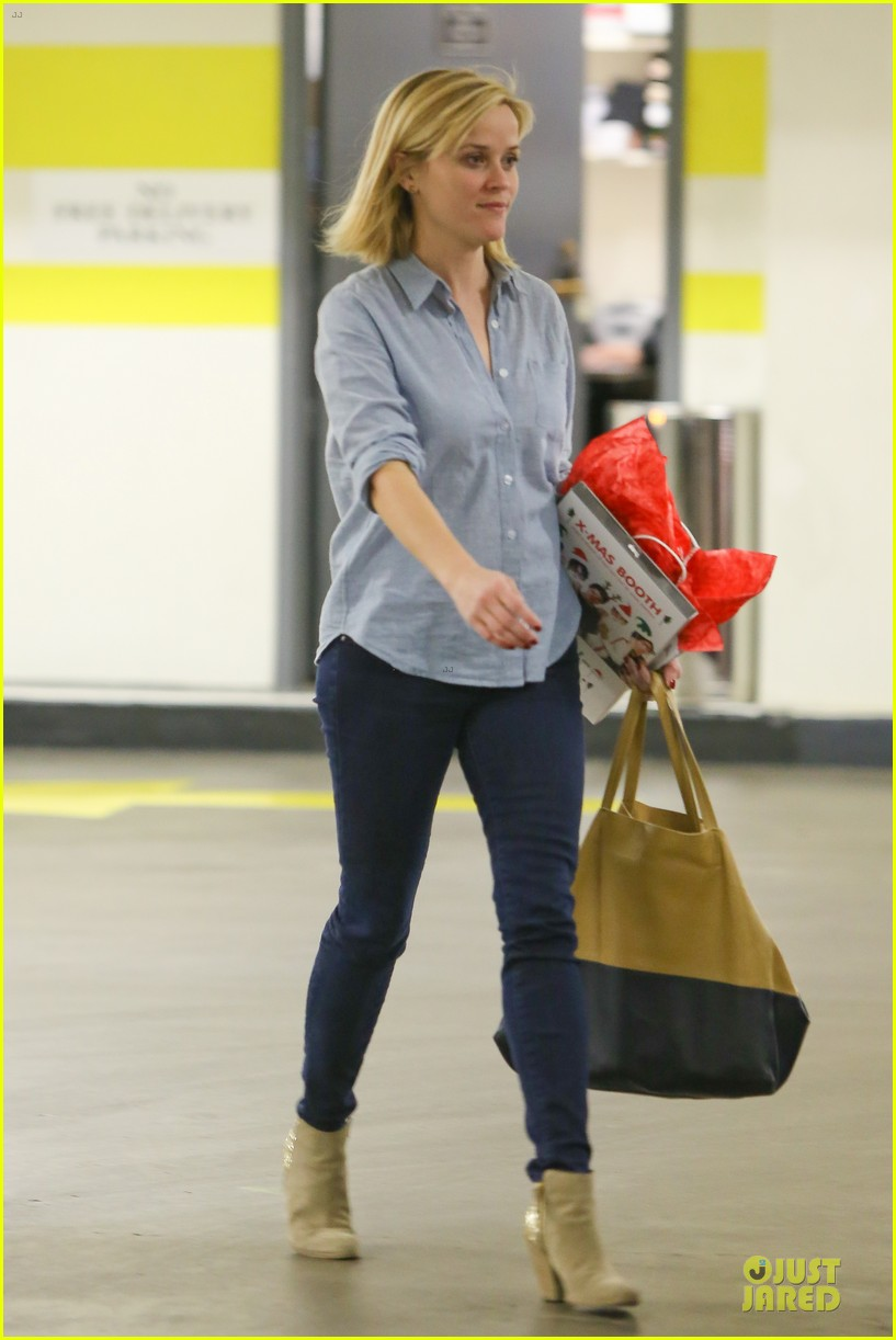 reese witherspoon casual xmas decorating gal 013013945