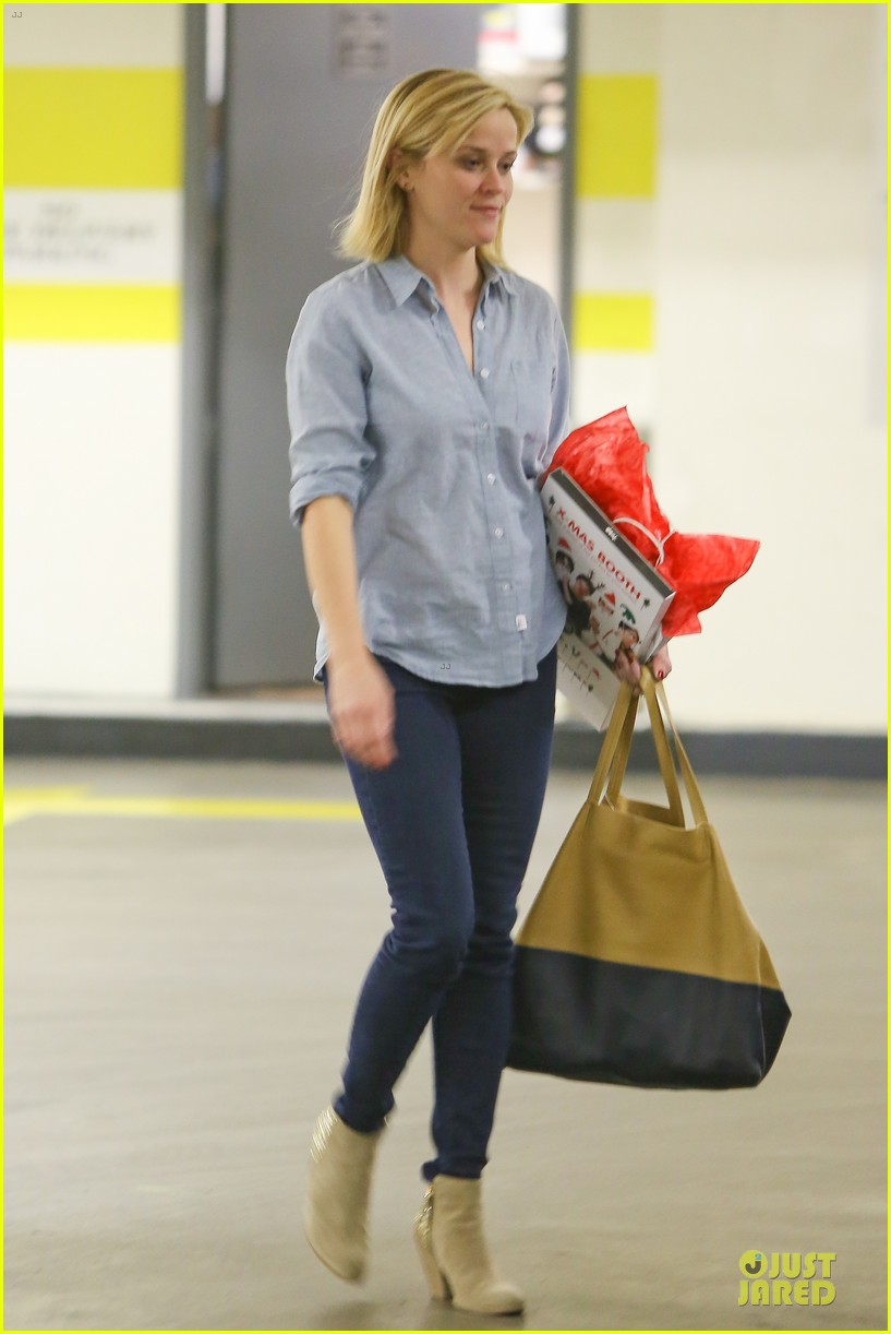 reese witherspoon casual xmas decorating gal 033013947