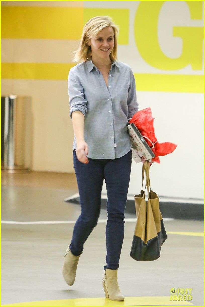 reese witherspoon casual xmas decorating gal 053013949