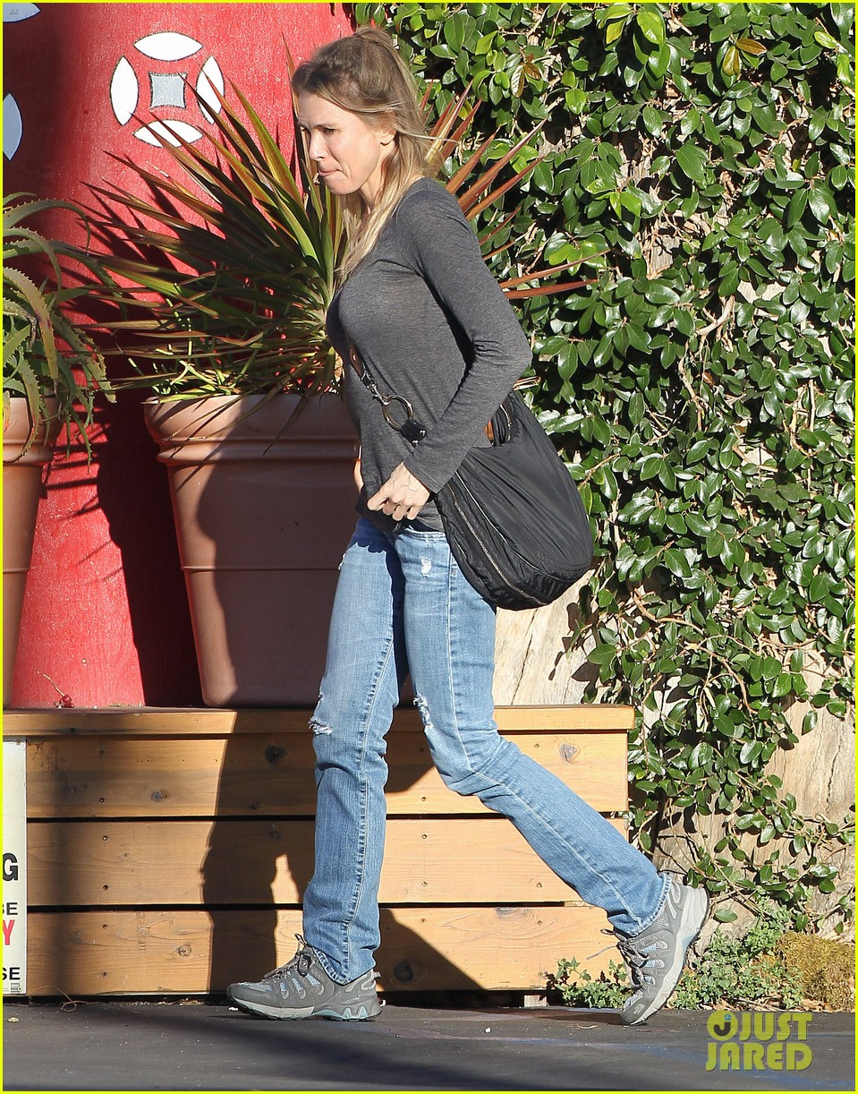 renee zellweger post christmas lunch with her parents 033018123