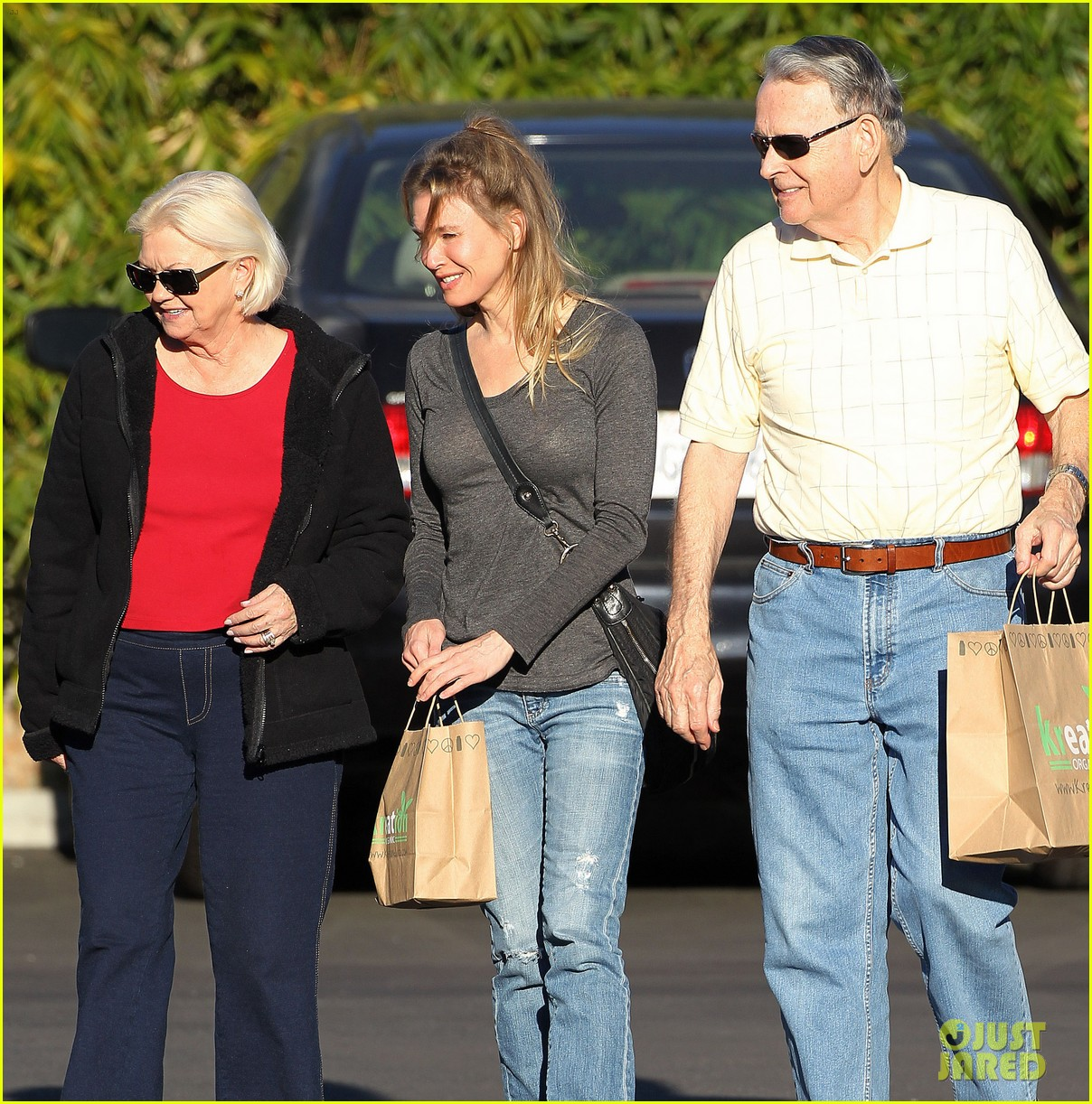 renee zellweger post christmas lunch with her parents 06