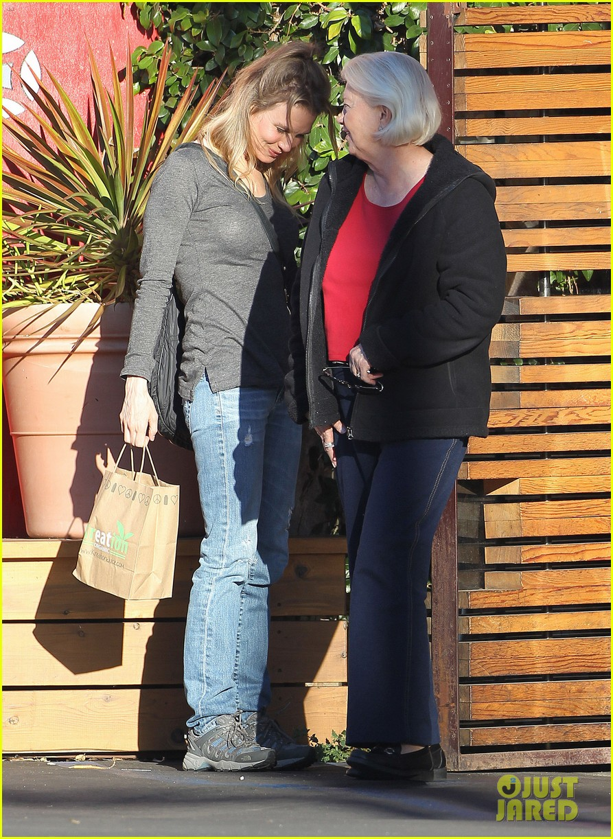 renee zellweger post christmas lunch with her parents 133018133