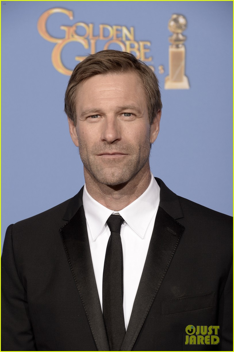 aaron eckhart golden globes 2014 red carpet 01
