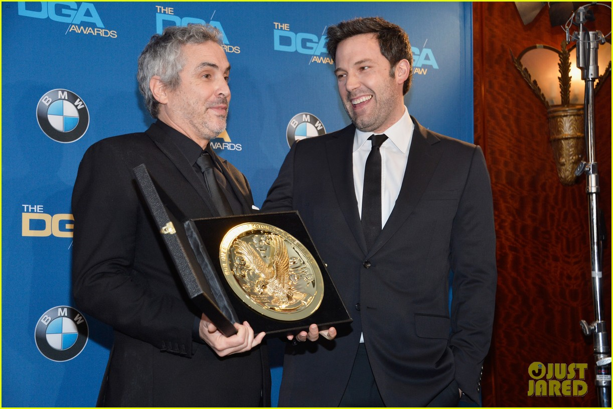 ben affleck presents top prize at dga awards 2014 093040479