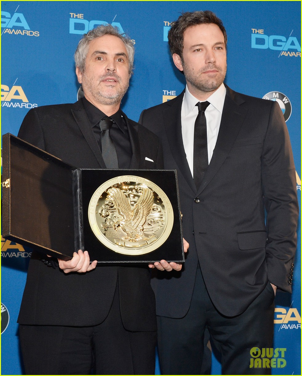 ben affleck presents top prize at dga awards 2014 133040483