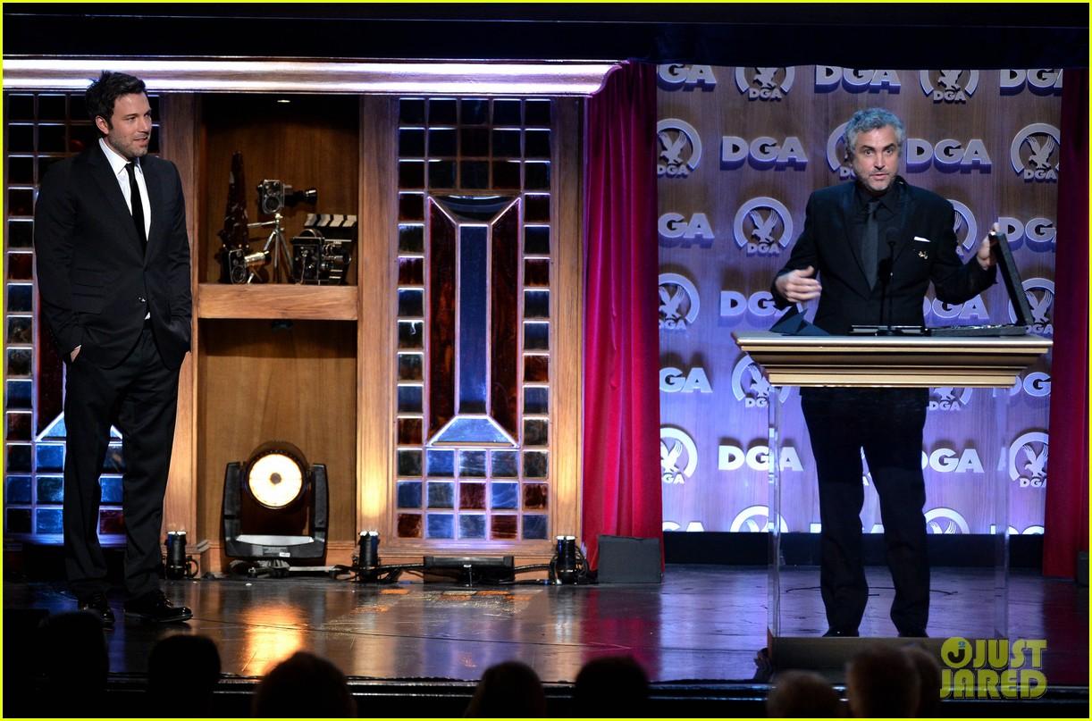 ben affleck presents top prize at dga awards 2014 193040489