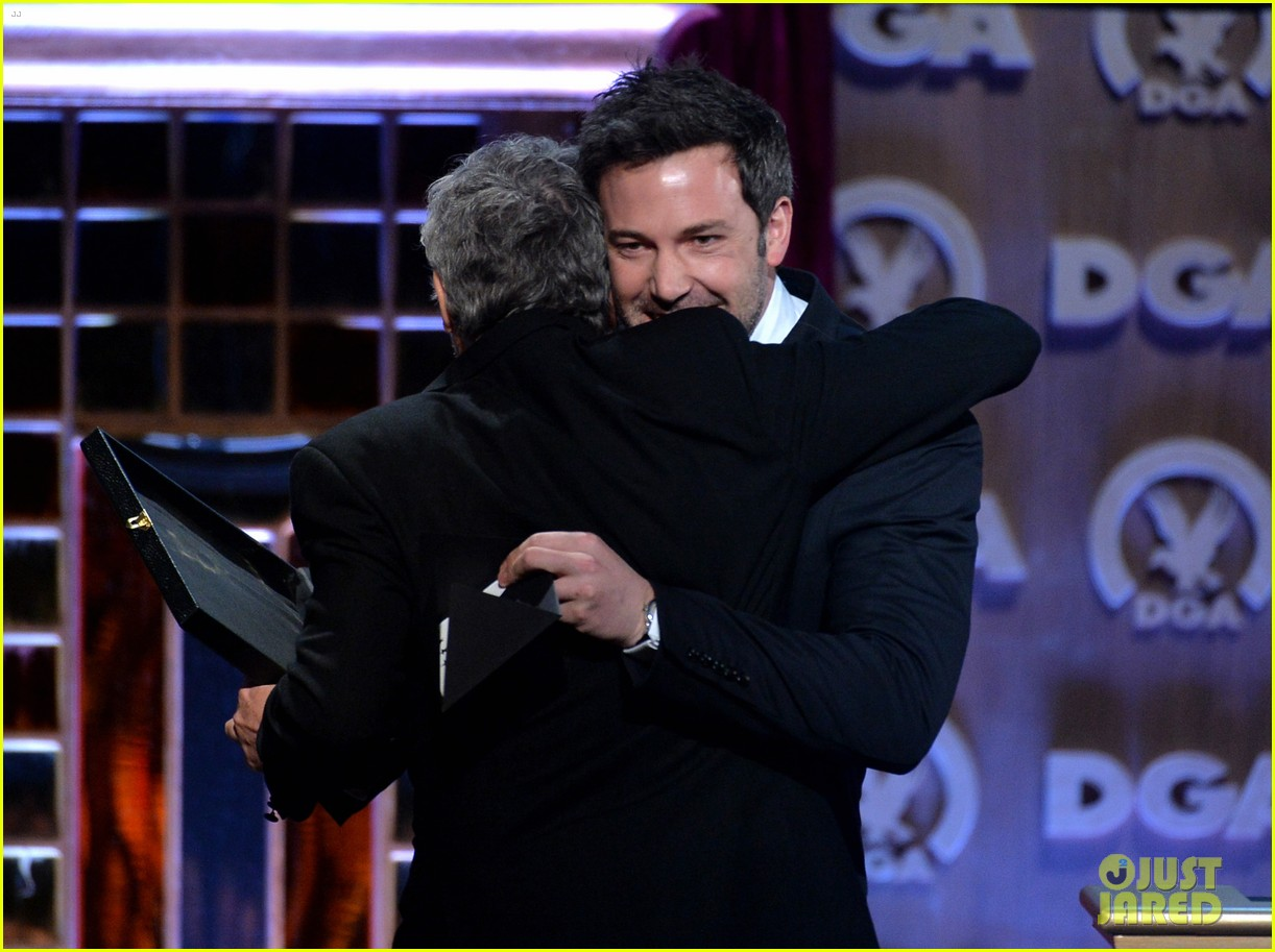 ben affleck presents top prize at dga awards 2014 203040490