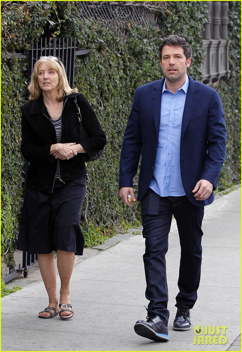 ben affleck is a mommas boy takes mom to the theater 013044554