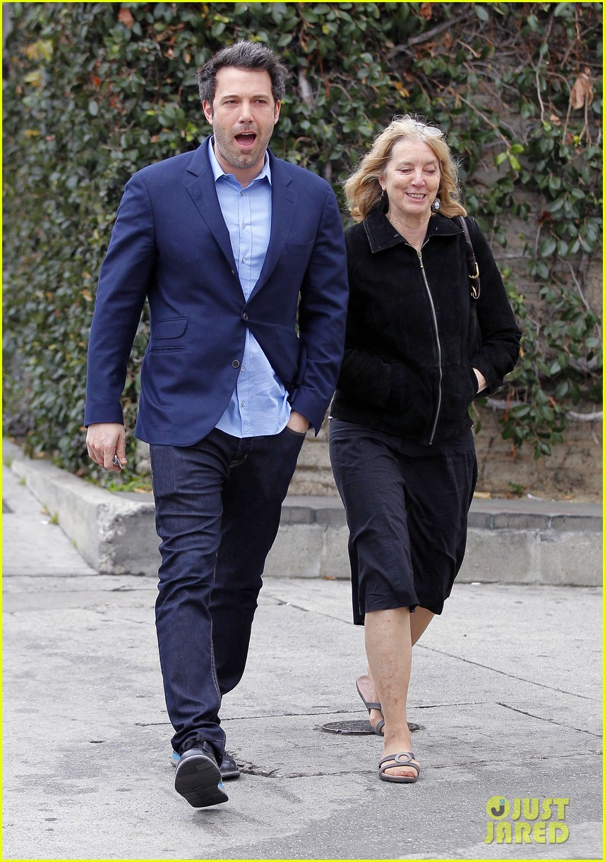 ben affleck is a mommas boy takes mom to the theater 033044556
