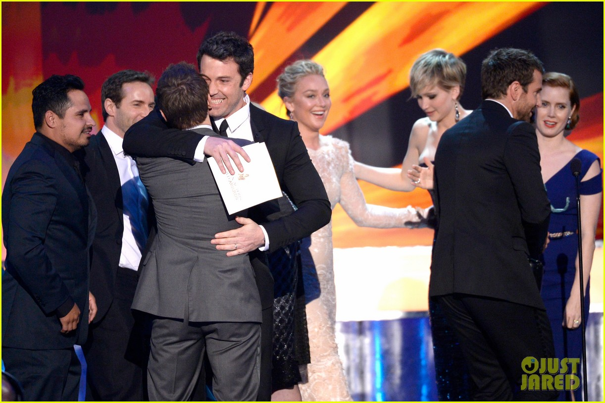 ben affleck presents best cast at sag awards 2014 083034912