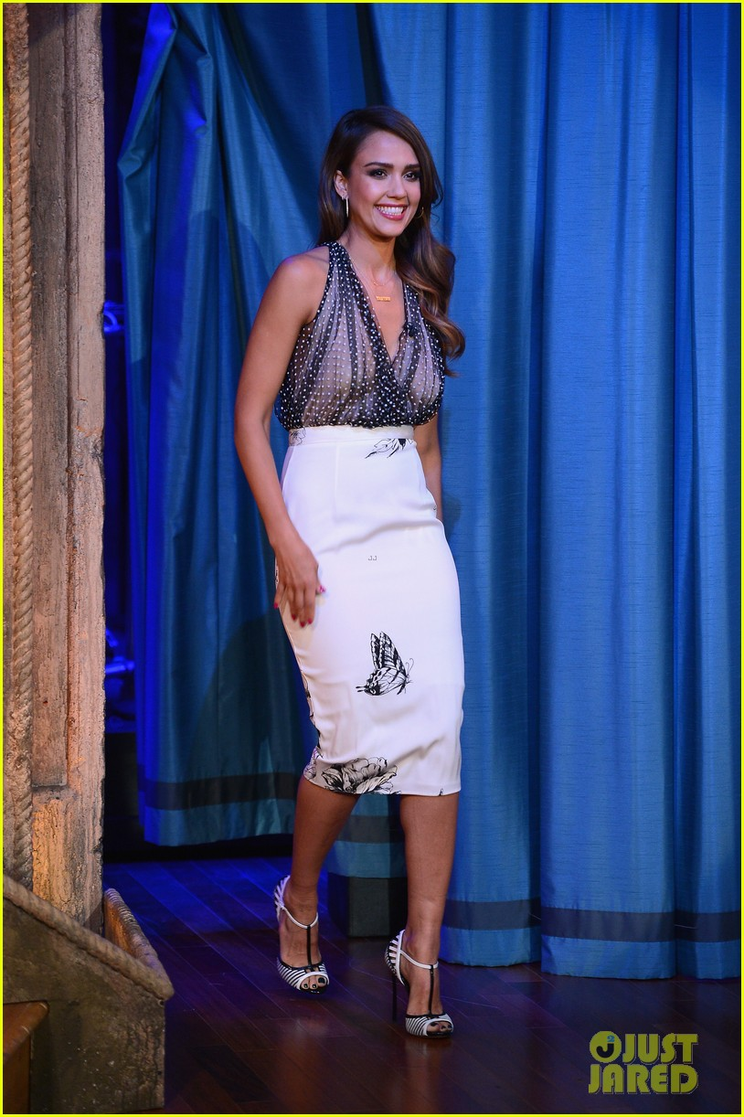 jessica alba gets into jimmy fallons sweater on late night 013036674