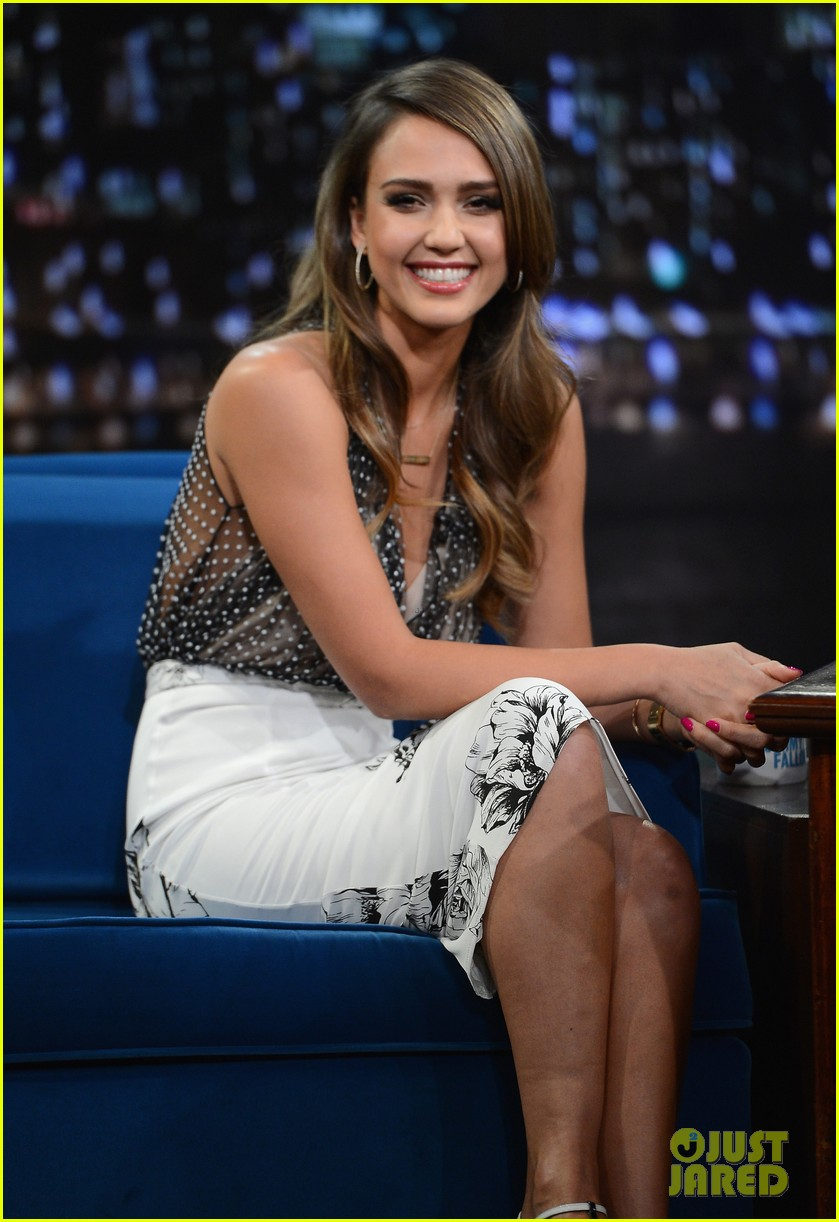 jessica alba gets into jimmy fallons sweater on late night 043036677