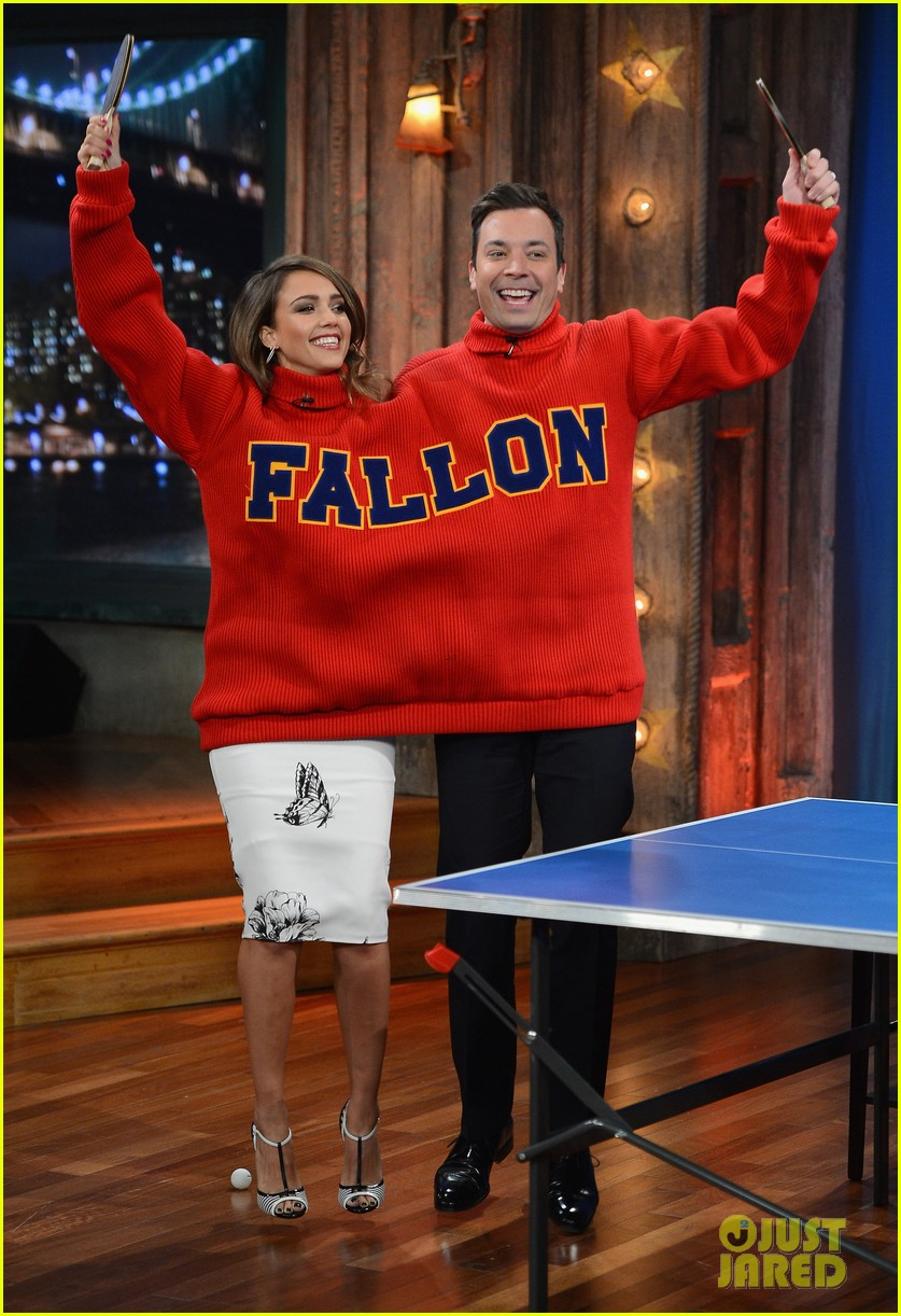jessica alba gets into jimmy fallons sweater on late night 053036678