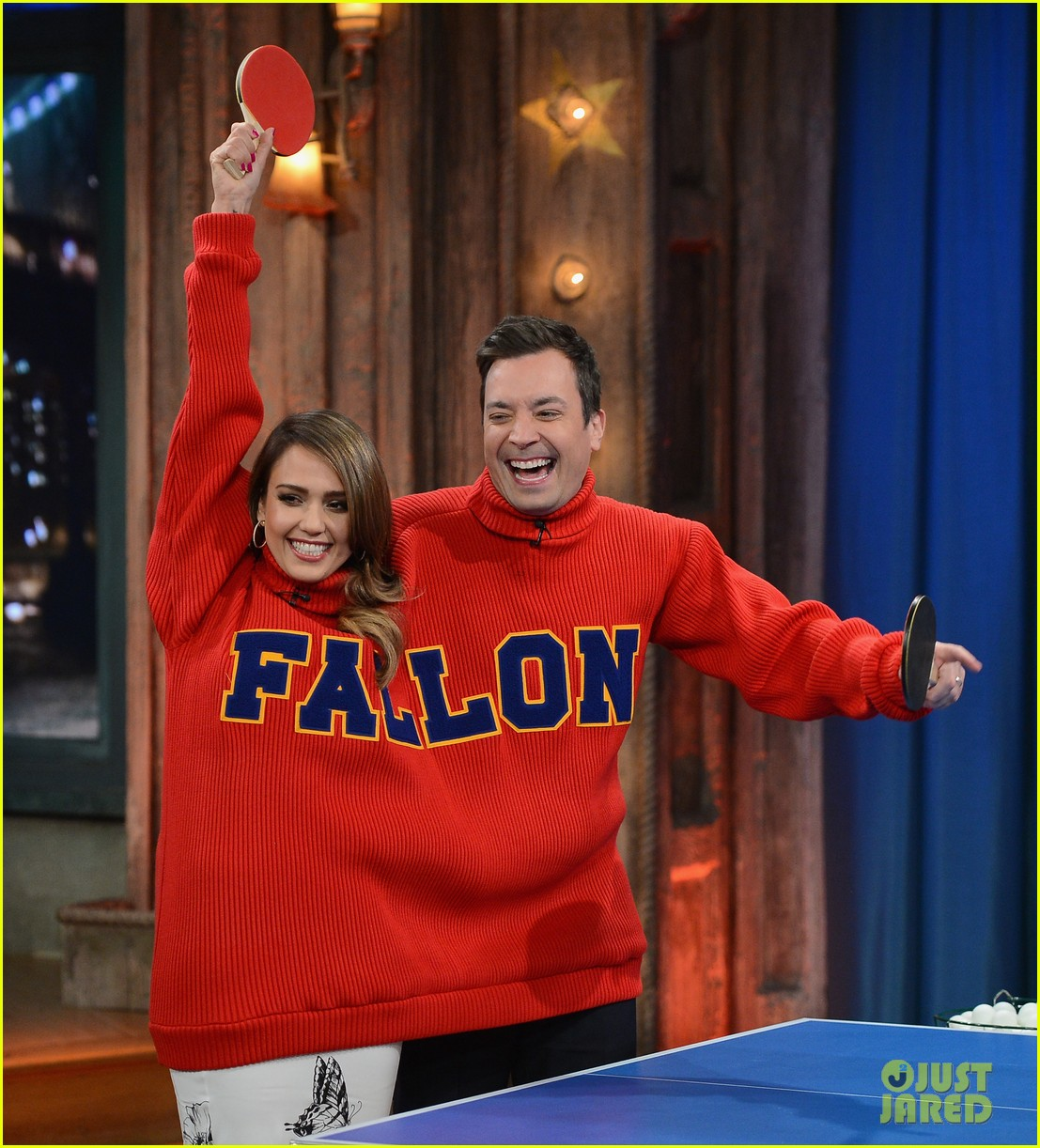 jessica alba gets into jimmy fallons sweater on late night 063036679