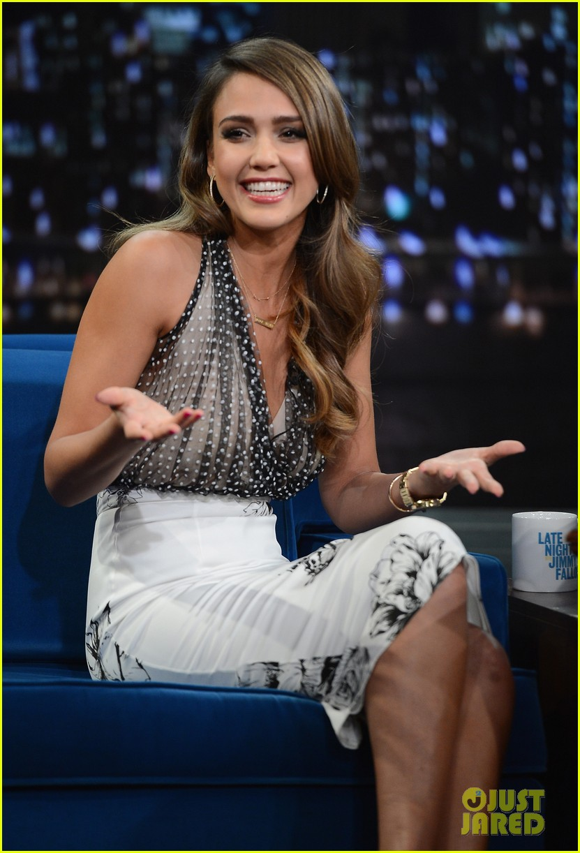 jessica alba gets into jimmy fallons sweater on late night 093036682