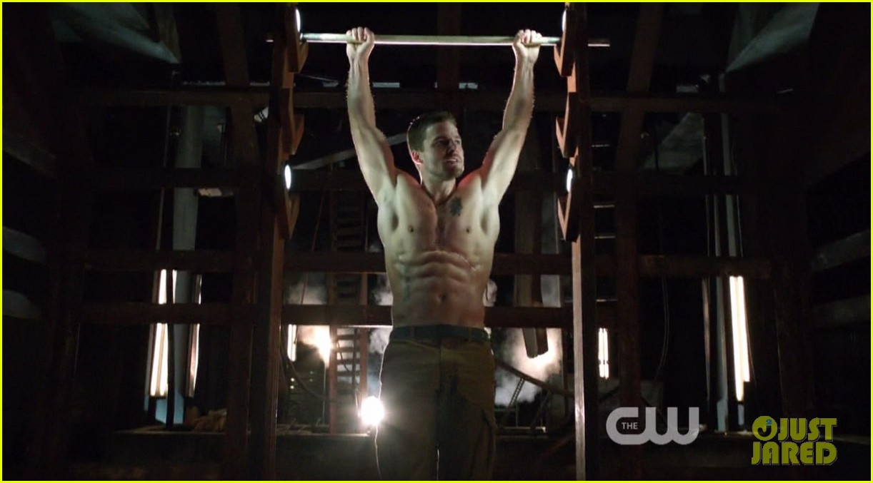 stephen amell ridiculously ripped abs in shirtless arrow stills 01