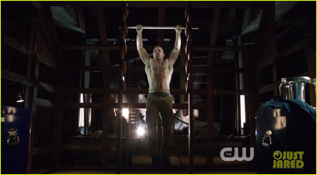 stephen amell ridiculously ripped abs in shirtless arrow stills 053044658