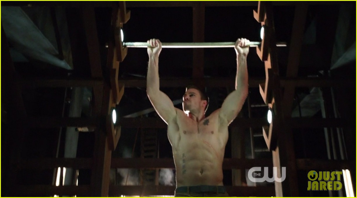 stephen amell ridiculously ripped abs in shirtless arrow stills 073044660