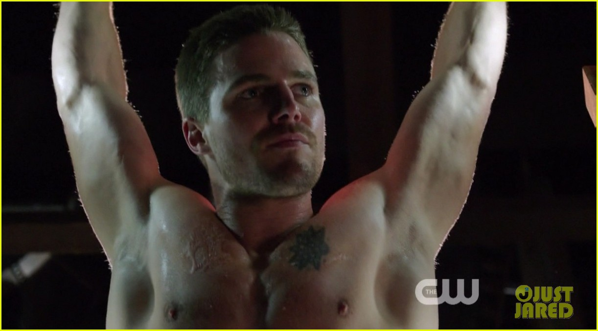 stephen amell ridiculously ripped abs in shirtless arrow stills 093044662