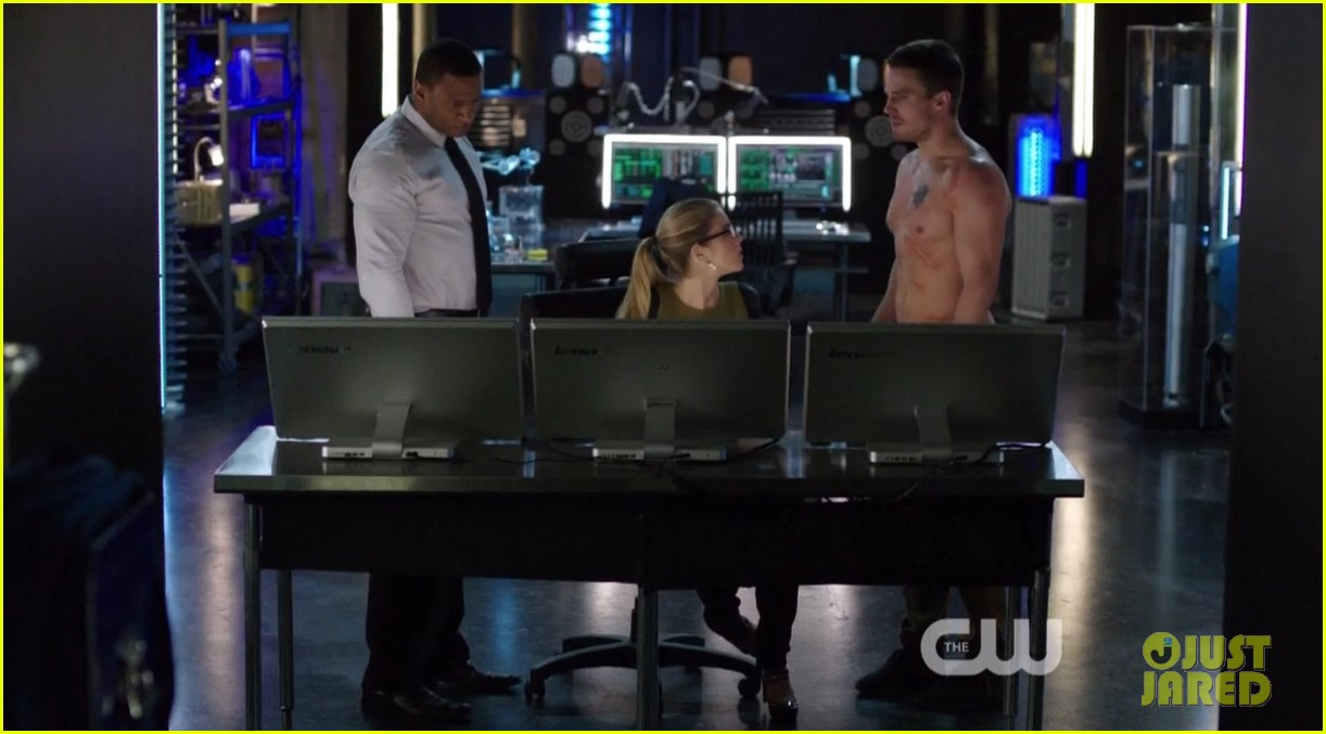 stephen amell ridiculously ripped abs in shirtless arrow stills 163044669