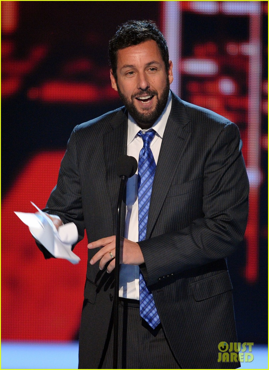 drew barrymore presents adam sandler with a peoples choice award 043025681