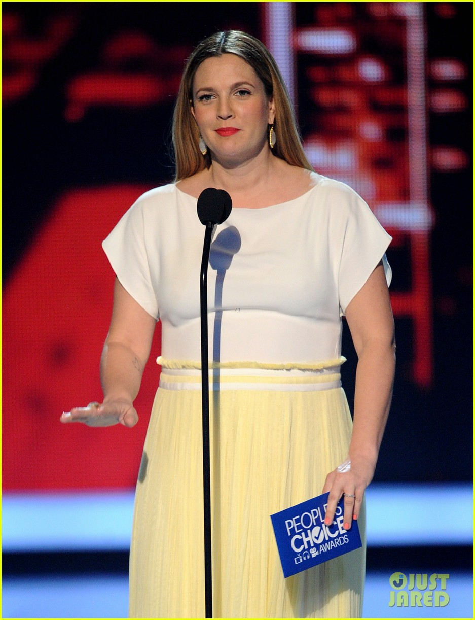 drew barrymore presents adam sandler with a peoples choice award 053025682