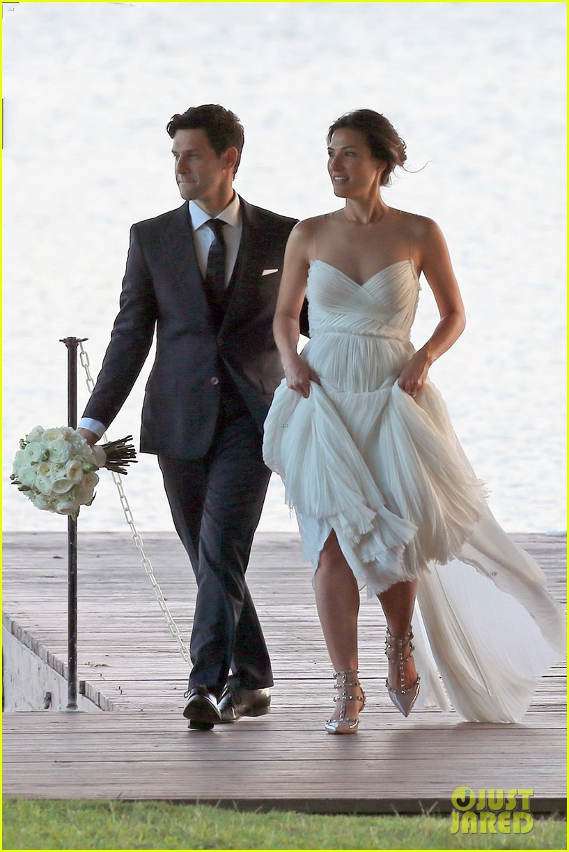 justin bartha marries lia smith in hawaii wedding photos here 013022785