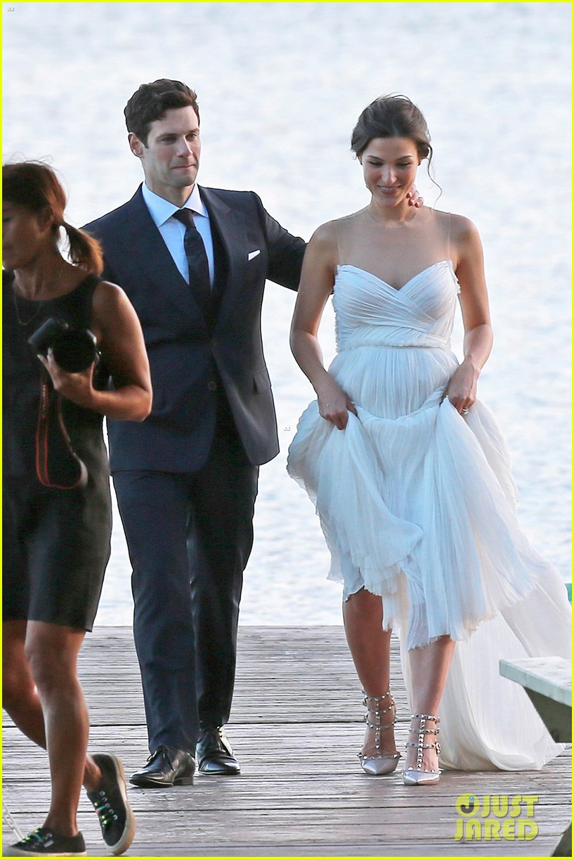 justin bartha marries lia smith in hawaii wedding photos here 023022786