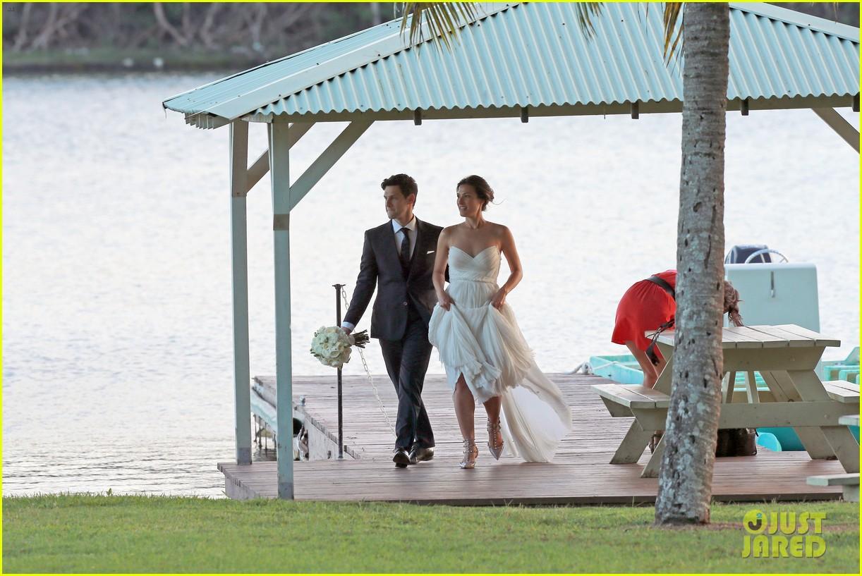 justin bartha marries lia smith in hawaii wedding photos here 093022793