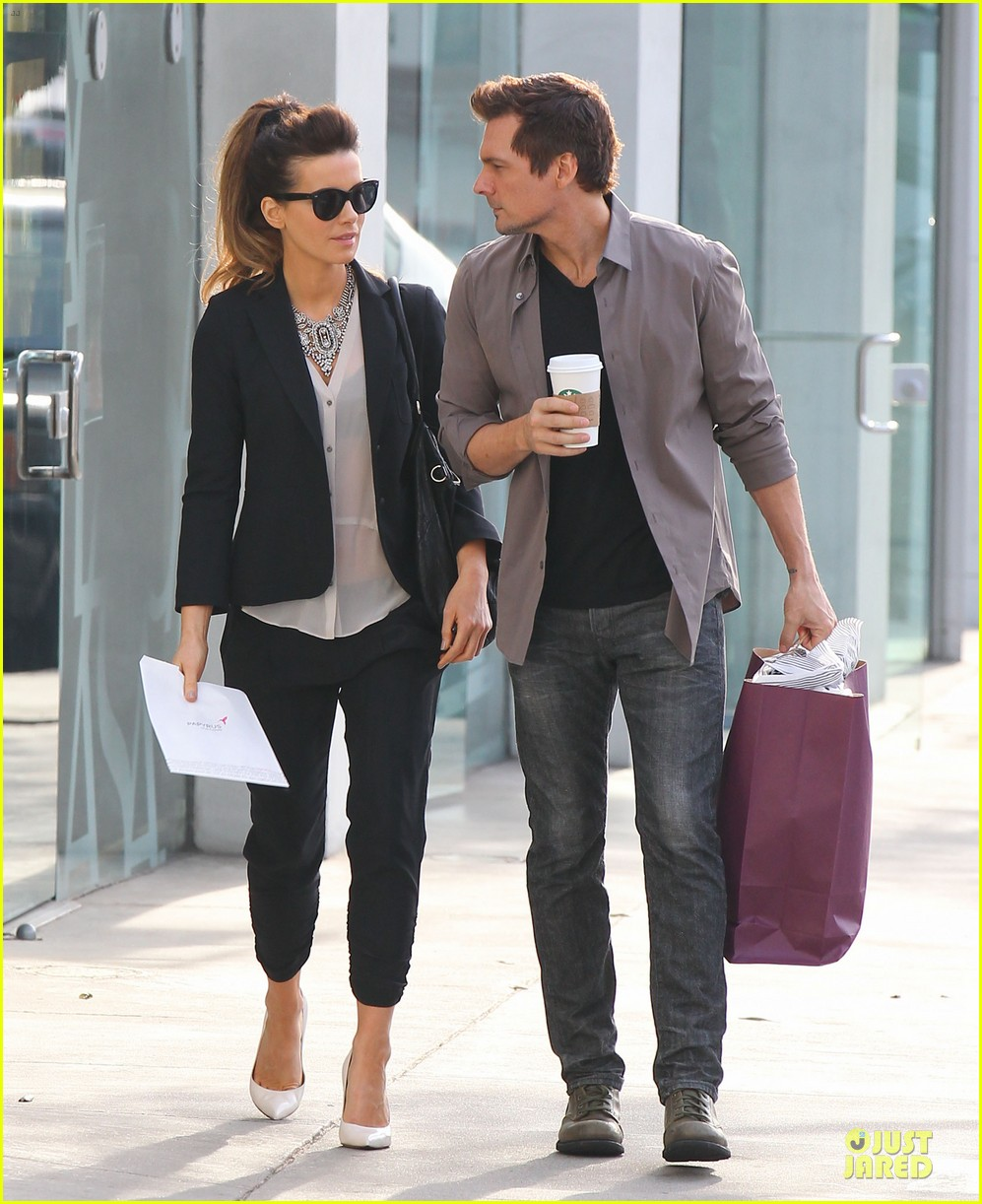 kate beckinsale len wiseman hook arms at fred segal 01