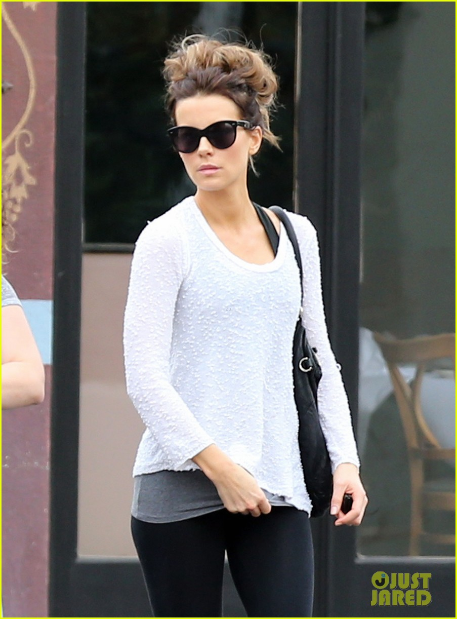 kate beckinsale gets her shop on in weho 043037844