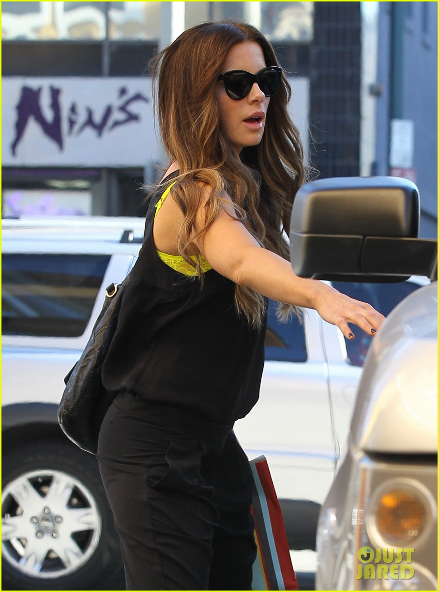 kate beckinsale super stylish whole foods run 023023321