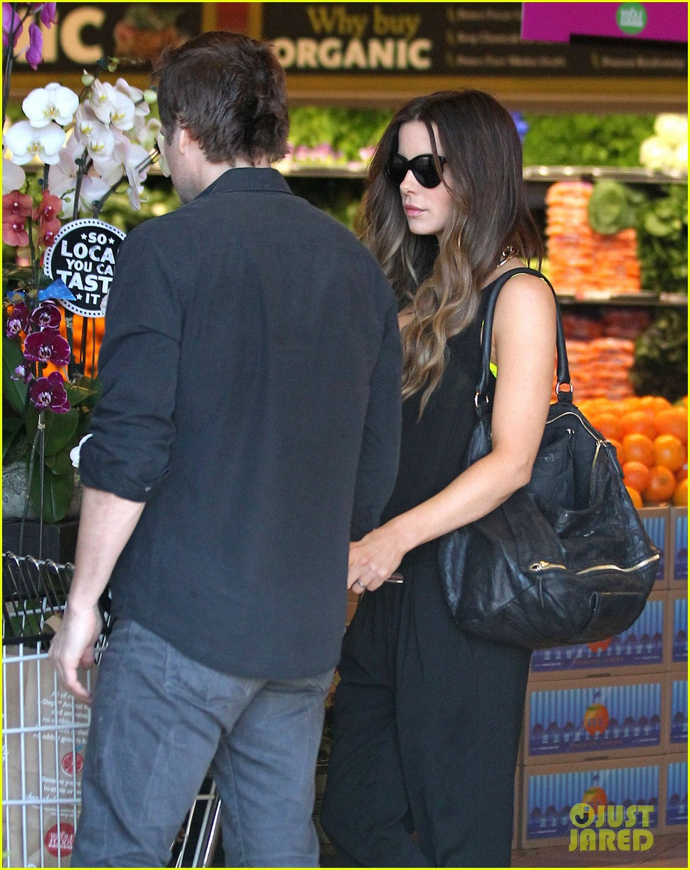 kate beckinsale super stylish whole foods run 043023323
