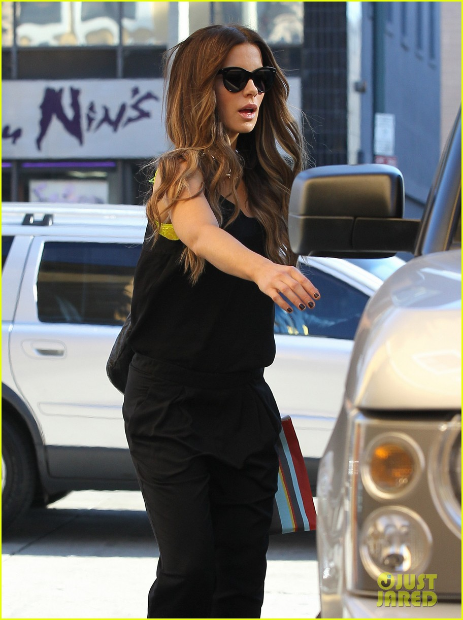 kate beckinsale super stylish whole foods run 063023325